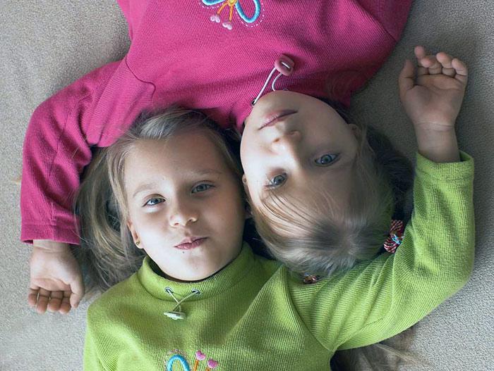 дети близняшки