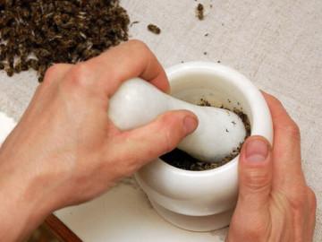 Лечение аденомы простаты пчелиным подмором: использование эффективного народного средства