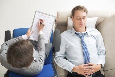 Лечение заикания гипнозом, необходимость обращения к психологу
