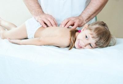 Как применять массаж при сколиозе?