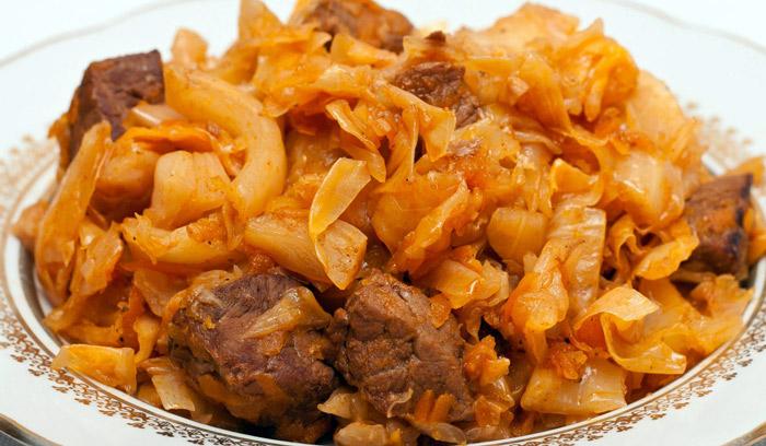 тушеные мясо с капустой